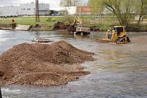 Stgavební práce v řece Ohři při opravě jezu v Tuhnicích