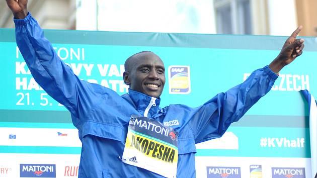 Vítěz karlovarského půlmaratonu Keňan Abraham Akopesha