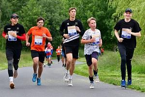 Meandr Ohře hostil první zastavení týmu RunCzech na podporu projektu Česko běží dál, když se během závodu představili na startovním roštu mladí volejbalisté, fotbalisté, atleti a další běžci z Karlovarského kraje.