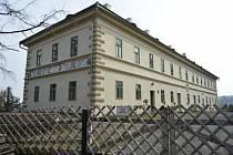 Správní budova zámku Valeč