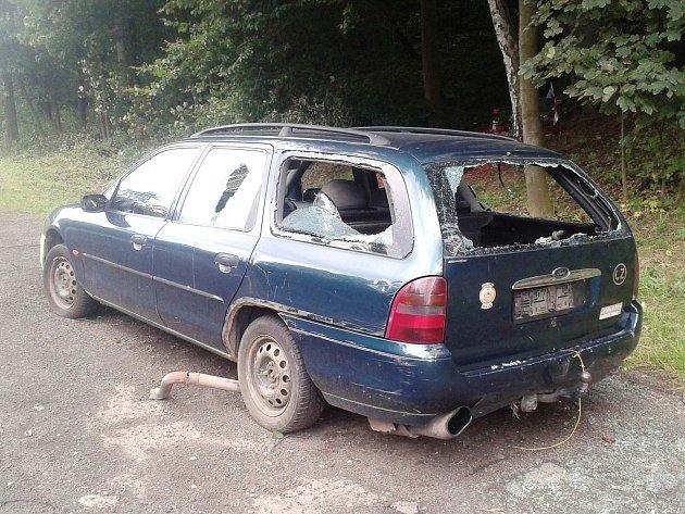 JEDEN Z VRAKŮ hyzdících Karlovy Vary a okolí. Kdosi nepojízdný automobil odstavil jen kousek od pomníčku připomínajícího Ivana Hlinku.