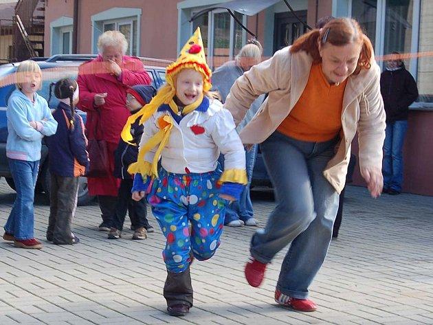 Sobotní program si v Dalovicích děti užívaly. O nejlepší kostým soutěžila i Lucie Martinásková.
