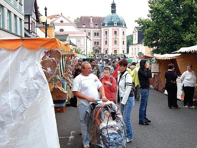 Fyzickou spojnicí mezi městem a zámkem je historické náměstí Bečova. Jednou z těch duchovních pak Bečovské slavnosti. Bečovští dělají vše pro to, aby se jejich město stalo vyhledávanou turistickou destinací.