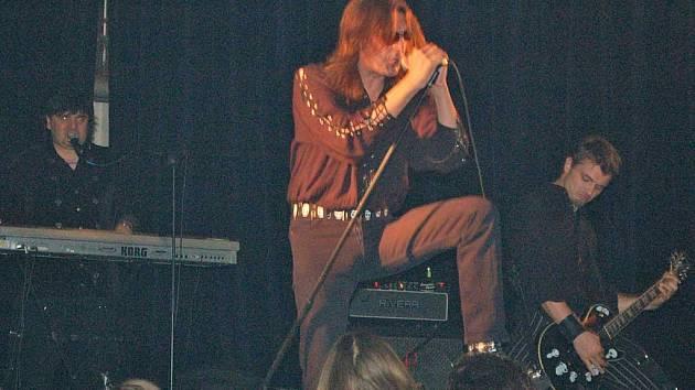 Rocker Aleš Brichta už vystupuje před fanoušky pětadvacet let. Přesto zpívá naplno.
