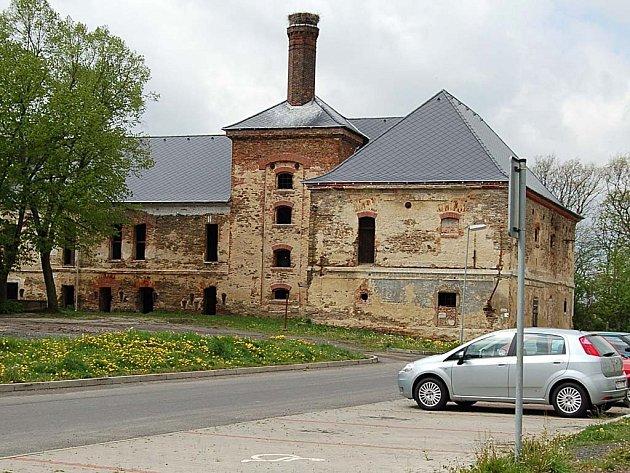 PŘÍKLAD. Aby mohli například v Toužimi opravit historický pivovar (na snímku), musí radnice opakovaně žádat o dotace ze státní pokladny. Evropských peněz se nedostane ani na opravu náměstí.