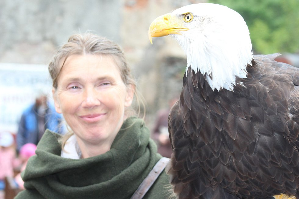 UKÁZKY SOKOLNICTVÍ, v rámci nichž nechyběly ani přelety velkých dravých ptáků, návštěvníky Horního hradu opravdu nadchly.