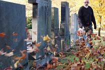 DŮKLADNĚ SE UKLÍZELO včera také na židovském hřbitově v Karlových Varech. Tak jako se tu nakonec uklízí po celý rok. Na rozdíl od většiny hřbitovů ale zůstane tento po příští dny prázdný a tichý, bez svíček. Židé si svátek Památka zesnulých nepřipomínají.