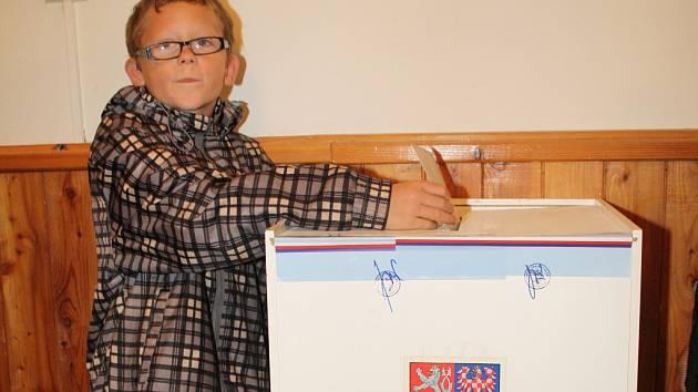 PŘI ŘÍJNOVÝCH VOLBÁCH byla republiková volební účast 31,6 procent. Podle posledních průzkumů si prezidentskou volbu nenechá  ujít 69,3 procenta možných voličů.