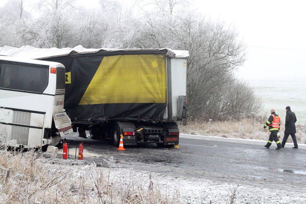 Hrozivá nehoda kamionu, autobusu a auta si vyžádala 18 zraněných