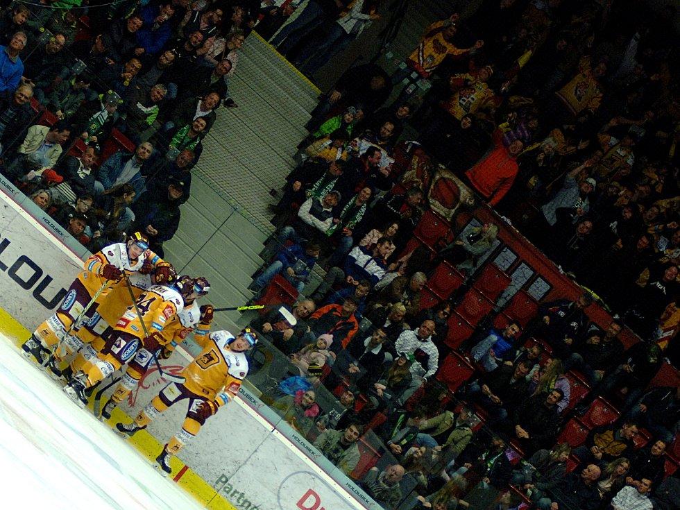 Hokejisté HC Energie (v zeleném) hostili Jihlavu. Dukla šla do vedení