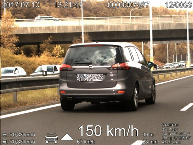 Řidička předjela policejní vůz v rychlosti 150 km/h. Povolená rychlost je zde přitom pouze 70 km/h