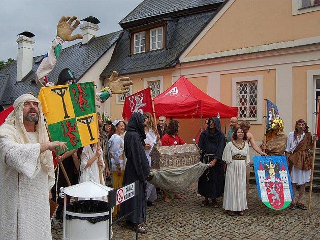 Bečov oslavoval objev století, relikviář sv. Maura, historickým průvodem, mumrajem na historickém tržišti a hudbou.