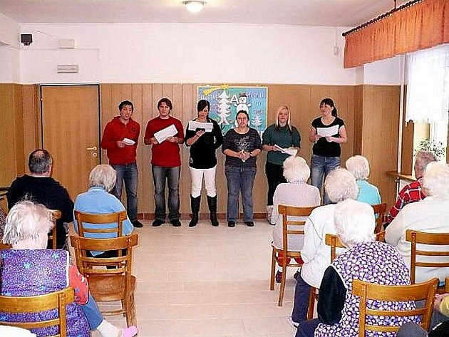 Studenti z Nejdku přinesli vánoční pohodu do domova seniorů