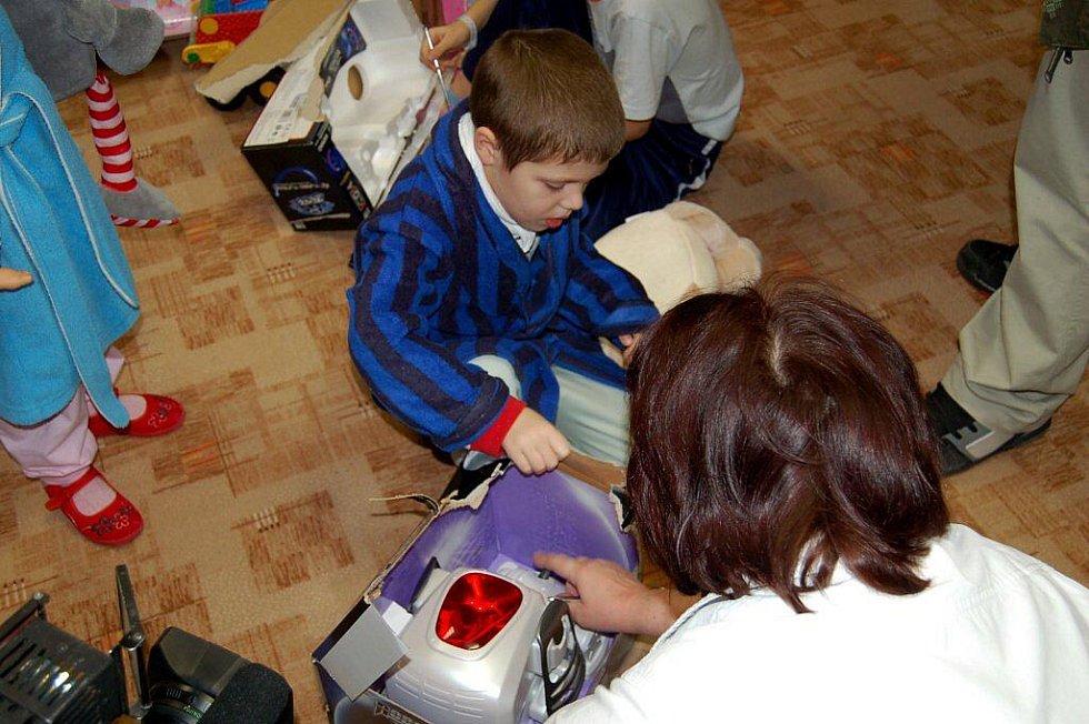 Děti na dětském oddělení karlovarské nemocnice navštívil Ježíšek při slavnostním otevření víceúčelové místnosti.