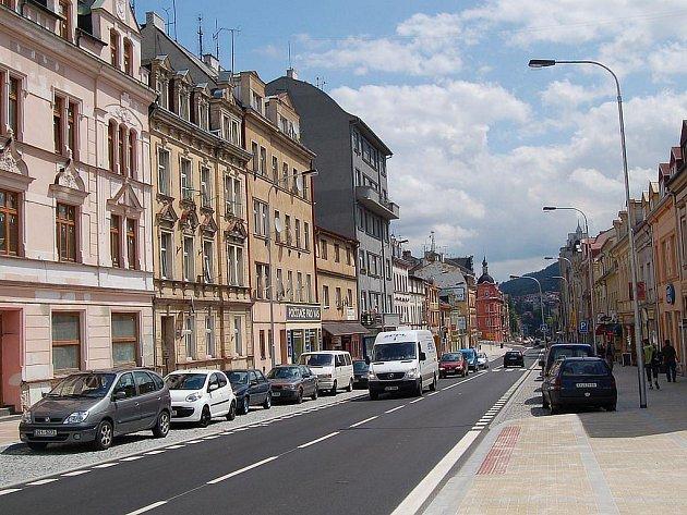 Po roční rekonstrukci Sokolovské ulice v Karlových Varech byla v úterý 28. července tato důležitá komunikace opět zcela zprovozoněna.