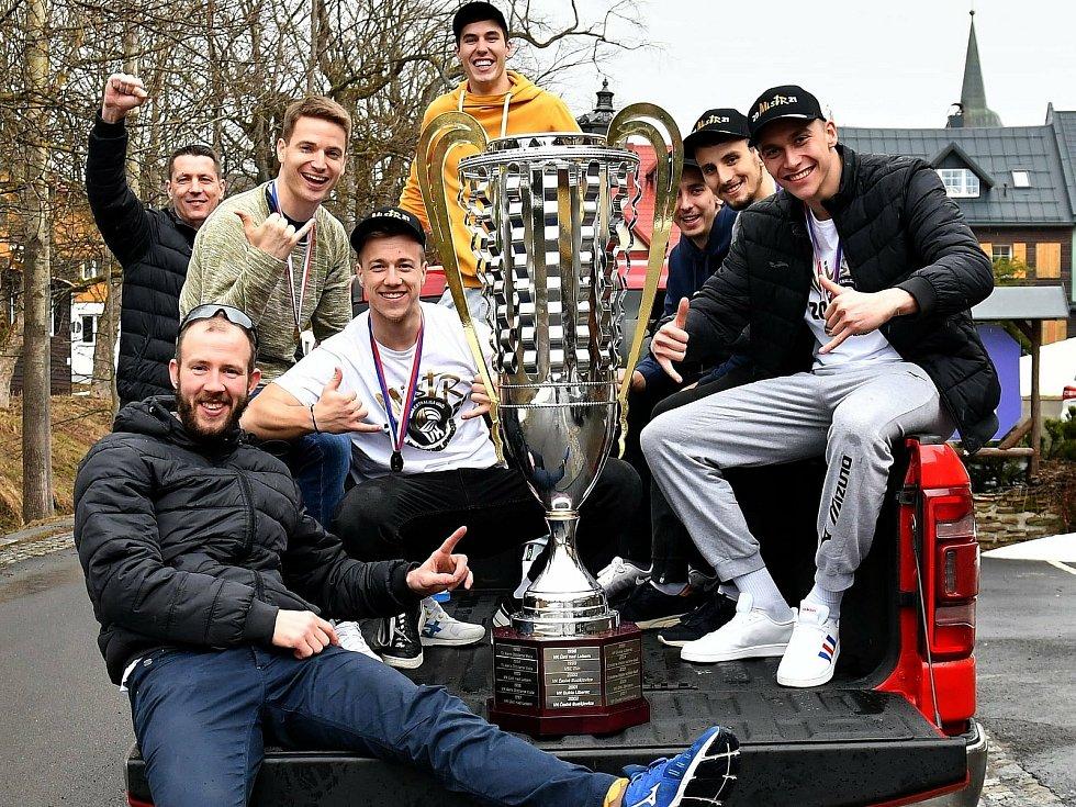 Karlovarsko si užívá druhý extraligový titul, který si okořenilo výjezdem legendární amerikou.