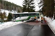 Hasiči asistovali o víkendu u několika dopravních nehod, například i u srážky dvou autobusů v Rotavě.