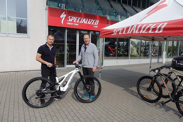 BRATŘI AMAJITELÉ prodejen Cyklo Vondráček (zleva) Tomáš a Roman Vondráčkovi. Foto: Deník