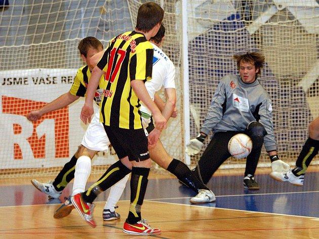 Ve druhém dvoukole futsalové divize hostil nováček soutěže Sausfork Otovice (v bílém) na palubovce basketbalové Lokomotivy plzeňské týmy FC Jerigo (v žlutočerném) a 1. FC Čespo. Ani v jednom utkání se však hráči Otovic z bodů neradovali.