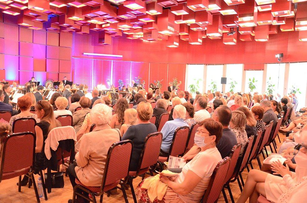 Koncert Vary hrají pro Moravu. S Karlovarským symfonickým orchestrem pod taktovkou Miriam Němcové zpívali Daniel Hůlka a Monika Sommerová.