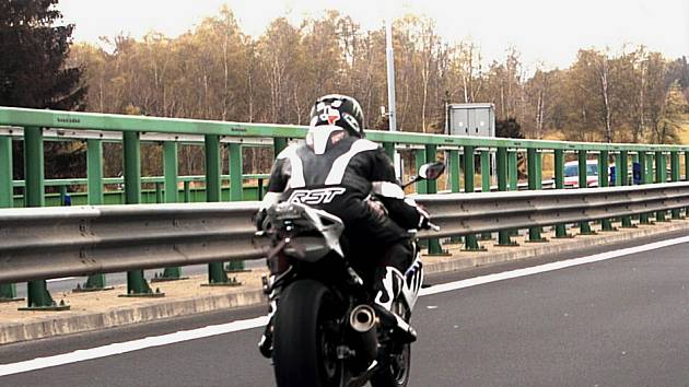 Policejní záběry z pronásledování motorkáře.