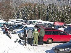 Většina parkovišť u skiareálů bude zdarma.