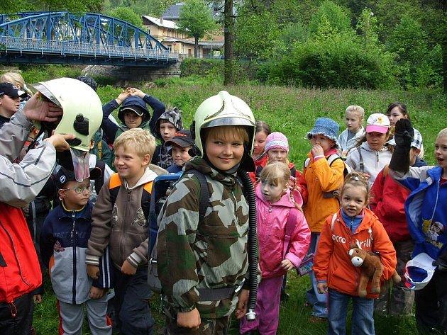 Ukázky zásahů. Před pár dny uspořádal Sbor dobrovolných hasičů Kyselka pro děti z místní školy přehlídku činnosti složek záchranného systému. A děti si náramně užily.