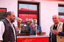 Hospodský z hostince Krmelec Petr Fárek (vlevo) před začátkem akce kontroloval, zda má pivo potřebnou chuť a teplotu.