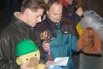 DEFENESTRACE. Jaroslav Fujdiar a Otmar Homolka (zleva) sehráli před radnicí pohádku s defenstrací.