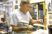 Další termín. Karlovarský porcelán a společnost Concordia mohou zatím pokračovat ve výrobě. Podařilo se zajistit dodávky do 13. října.