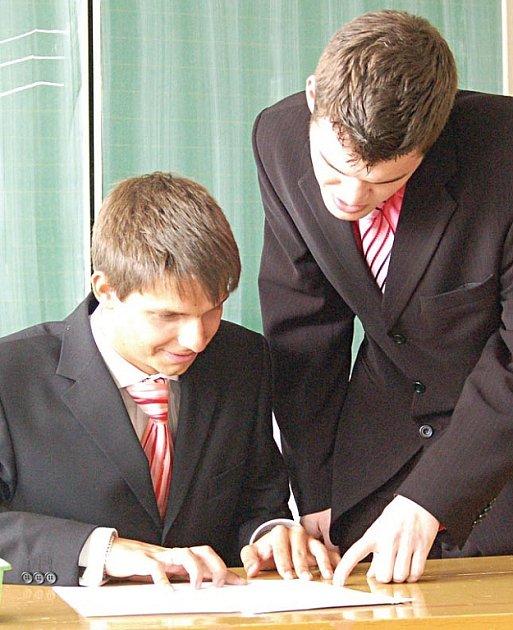 V POHODĚ. Žák oktávy A ostrovského gymnázia Jan Rozner (sedící) mohl být už včera v klidu. Maturitu totiž úspěšně složil už v pondělí.