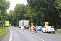Silničáři se pustili do úprav vozovky U Střelnice, aby byla bezpečnější.