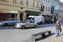 Pěší zóna plná automobilů, to je běžný ranní stav na karlovarské třídě T. G. Masaryka.