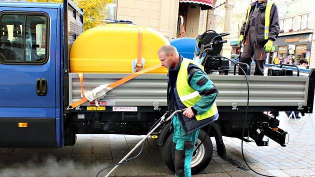 Karlovarská radnice koupila nový stroj na čištění pěších zón. Dvakrát ročně se jím bude čistit třída T. G,. Masaryka, lázeňské kolonády, Divadelní náměstí a další části města.