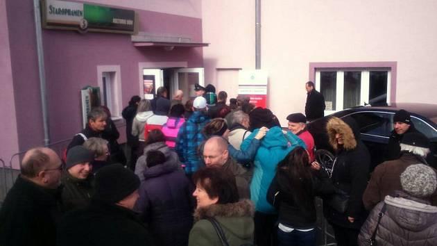Bochovští občané před místním kulturním domem, kde proběhne debata s prezidentem Milošem Zemanem