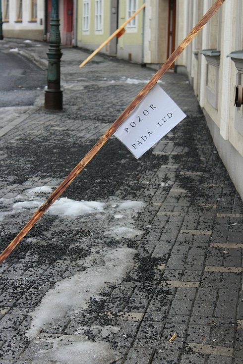 Sníh taje i ze střech. V ulicích se proto objevily i varující cedule (foto pochází z Nejdku).