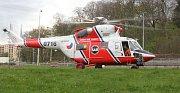 Pro ženu, která v sobotu spadla do řeky z Ostrovského mostu, přiletěl vrtulník.