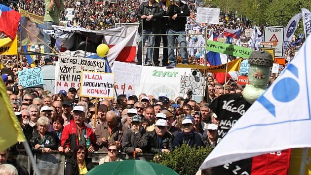 Na sto tisíc lidí demonstrovalo 21. dubna v Praze na Václavském náměstí proti vládě. Demonstraci pořádaly odbory a občanské iniciativy.