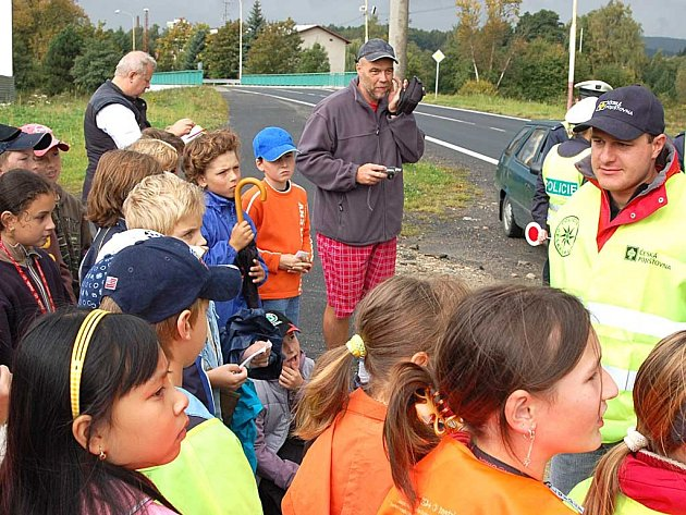 Asi největší radost, že se setkaly se slavným závodníkem Tomášem Engem (v čepici České pojišťovny), měly děti z novorolské základní školy.