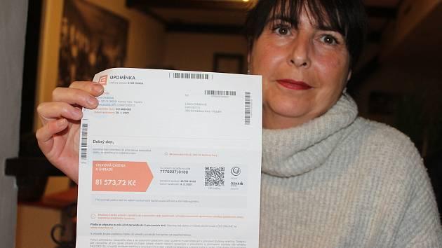 LILIANA ORBANOVÁ, karlovarská hostinská, ukazuje upomínku za odběr elektřiny, kterou není kvůli pandemii schopna uhradit.
