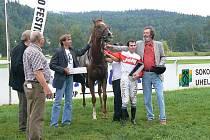 Ceny vítězům hlavního dostihu předával Bolek Polívka (vpravo).