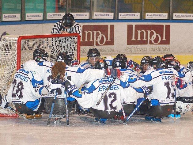 Vedoucí tým. Karlovarští Žraloci se díky dvěma výhrám posunuli do čela sledge hokejové tabulky.