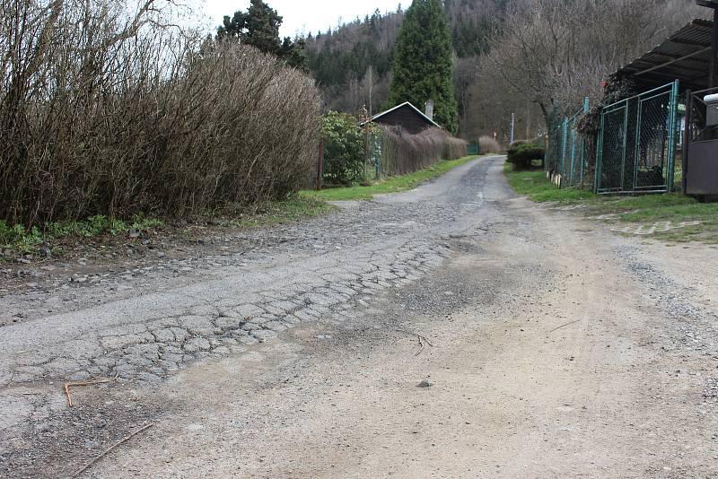 Aby se vlastníci chat v Tašovicích dostali na své pozemky, musí projíždět přes výtluky. Jinou alternativu nemají.