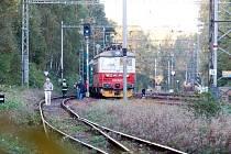 Vlak u Ostrova srazil a usmrtil člověka.
