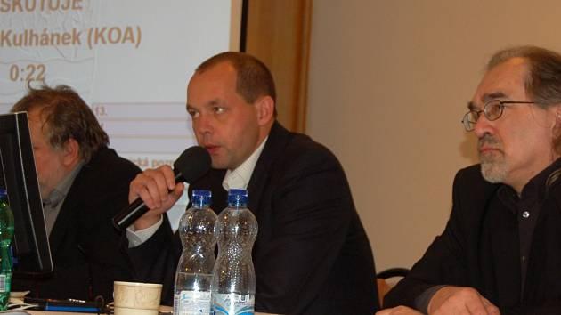 Podle primátora Petra Kulhánka (na snímku uprostřed) doporučila rada města prodej pozemku Lucii Gabányiové za odhadní cenu 400 tisíc korun.