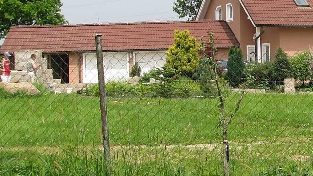 Černá stavba? Postavil zděný plot u domu, kde bydlí, radní Václav Tomášek načerno? To se neví. Minimálně ale zabral pozemky, které mu nepatří.