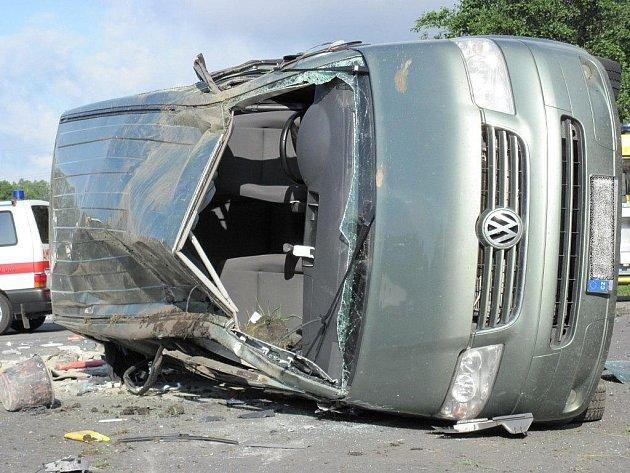 U obce Hory vyletěl ze silnice  automobil VW Caravelle, ve kterém jelo pět osob, tři muži a dvě mladé ženy.