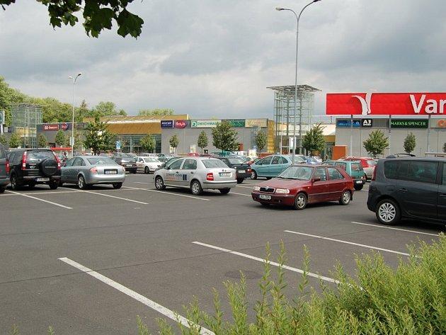 PARKOVIŠTĚ PRO KLIENTY HALY. Tuto část parkoviště Varyády budou moci využívat Karlovaráci v rámci prvních akcí v multifunkční hale. Vedení hypermarketu k tomu vyhradí jednu polovinu.