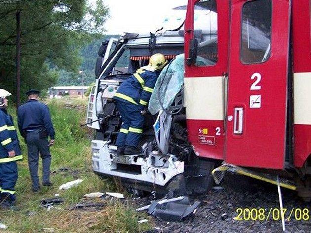 Hromada šrotu zbyla po střetu na nechráněném železničním přejezdu u Hroznětína jak z  osobního vlaku, tak z kamion, jehož řidič havárii zavinil. Hmotné škody na obou vozech policisté přeběžně vyčíslili na dva milony korun.