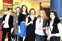 Budoucnost českého sklářství v karlovarské Sun Gallery (zleva): Šárka Vačkářová, Martina Habaníková, Marcela Šilhánová, odborná asistentka Dana Zikmundová, Soňa Dermeková a Nikola Čermáková.